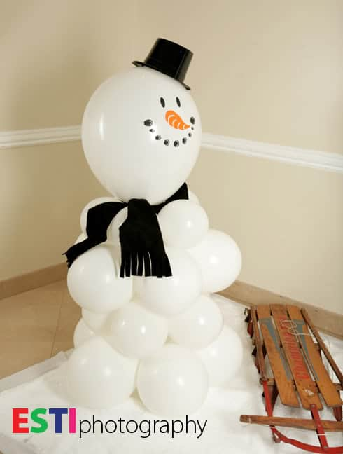Balloon Snowman. Creative ideas for Christmas Balloon Art! Fun DIY Holiday Decorations that turn your home or party into a festive winter wonderland.