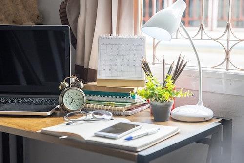 Organize a teen's bedroom: Desk Organization