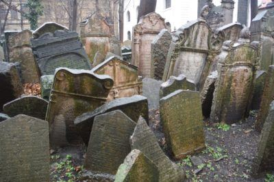 The crowded jewish cemetary in josefov