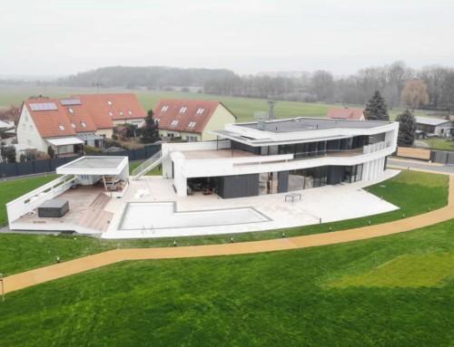 Luxusvilla in gebogener Optik mit schwebendem Gartenhaus und Wellnesslandschaft in Kleinwölkau