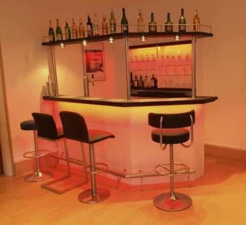 Hausbar Clearlight mit farbigen Licht und Flaschenbord