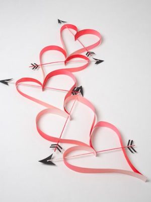 Heart Paper Garland - DIY Home Decoration Ideas for Valentine's Day. Easy to make Home Decor Crafts for Valentine's Day. Homemade Valentines ideas for mantle decorating, party tables, yard art, heart garland, valentine trees, kids rooms and more! LivingLocurto.com