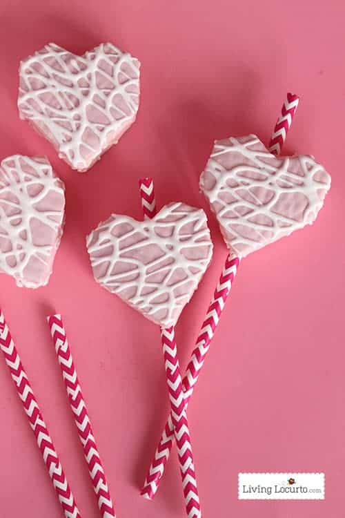 Easy Valentine's Day Fun Food Party Idea with Free Printable Tags. Little Debbie heart cakes on a straw by LivingLocurto.com