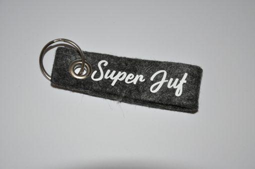 Vilten sleutel hanger met opdruk van Superjuf grijs