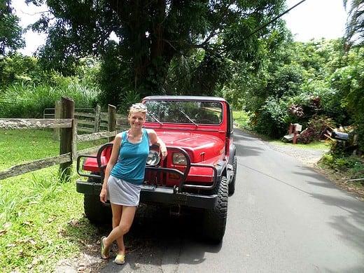 Reise nach Hawaii: Anneke vor ihrem Mietwagen