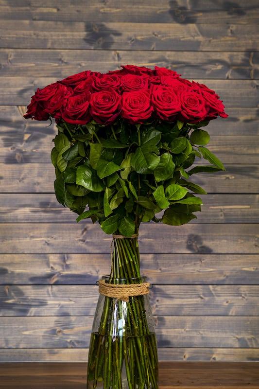 pugét rudých růží ve váze