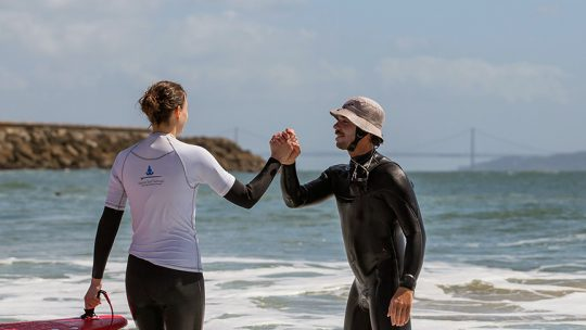 lisbon beginner surf lesson supporting instructor