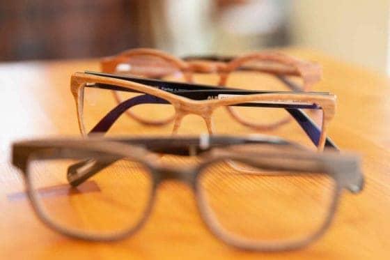 unterschiedliche Brillenfassungen aus Holz