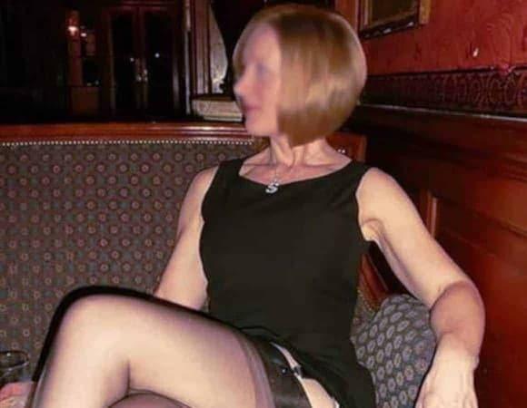 Une hotwife sait comment aguicher un homme avec des bas nylon sexy