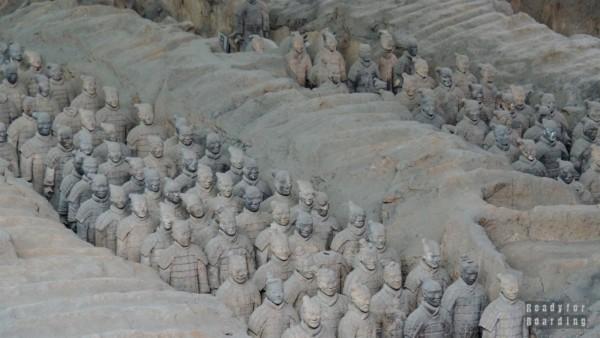 Żołnierze stojący w korytarzach, Armia Terakotowa, Xian, Chiny