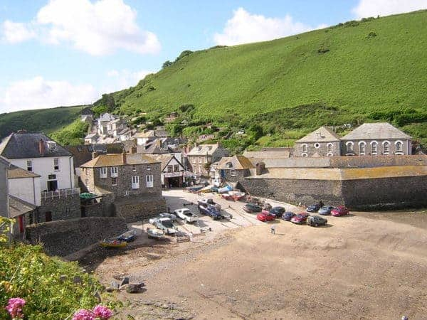 This seaside town in cornwall is the setting for doc martin.