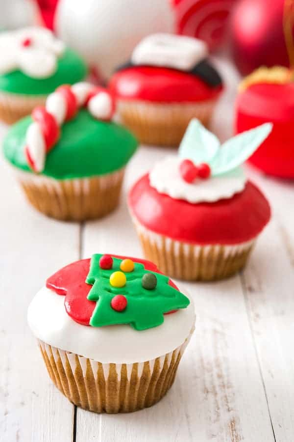 Christmas Cupcakes - How to make fondant icing and simple cake decorating tips!