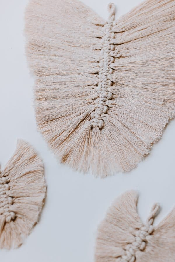 Learn how to make DIY Macrame Feathers!  #macrame #macrameknots #macramediy