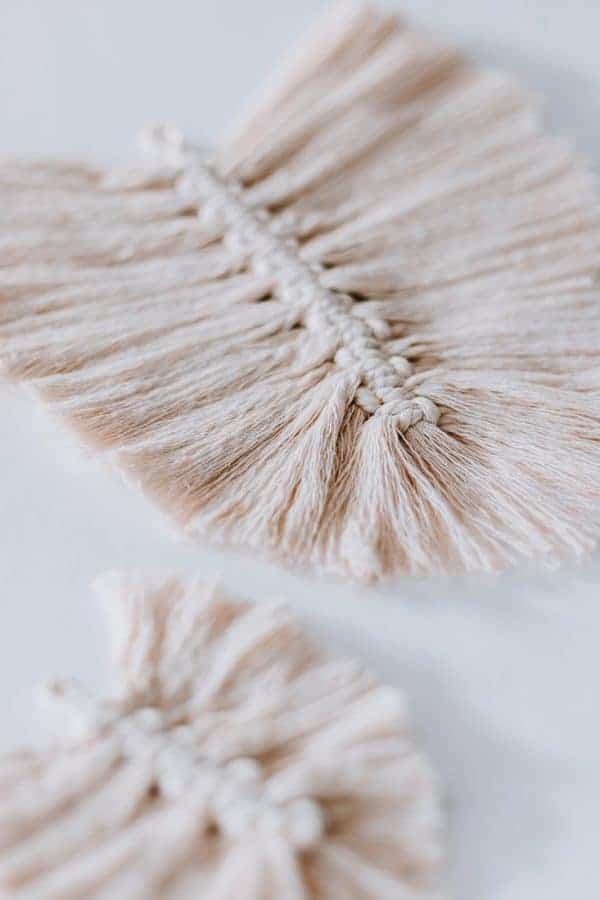 Macrame Feathers - so easy to make and they look so cool.  Click through to get the full tutorial.  #macrame