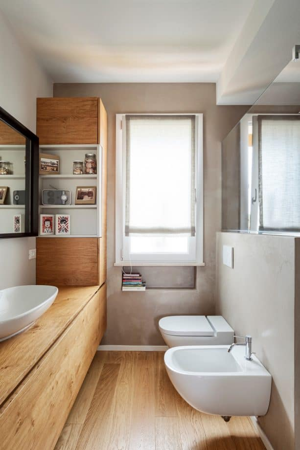 bookworm bathroom with greige walls and light wood floor