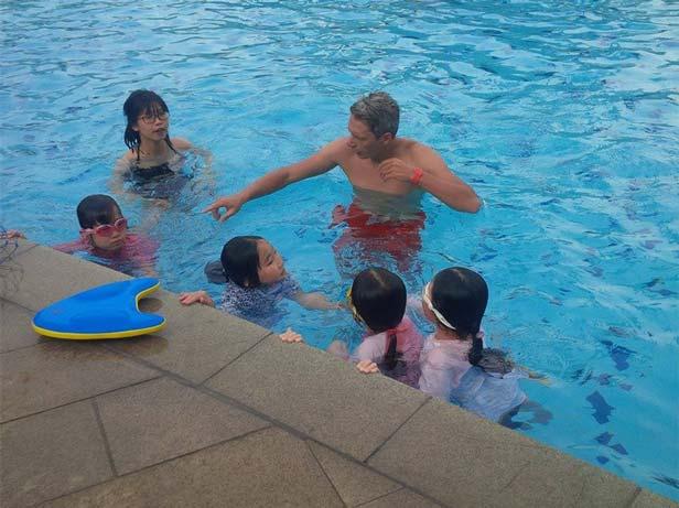 Thầy đang đưa ra những hướng dẫn cho lớp học bơi ở Hà Nội.
