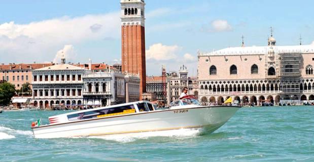 Fermato un taxi a Venezia