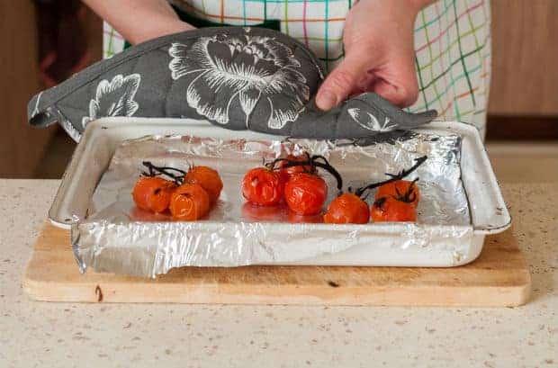запеченные помидоры черри на противне на столе