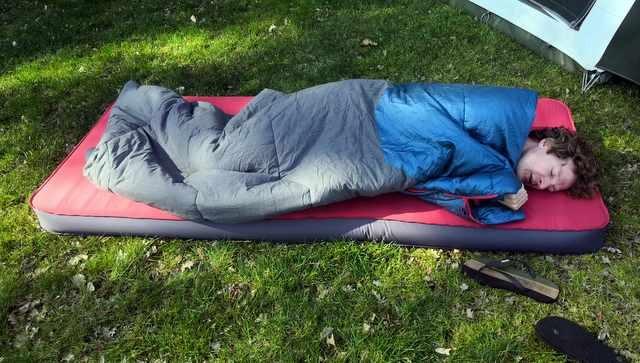 HANDIGE KAMPEERSPULLEN SLAPEN OP DE CAMPING  Review: Slaapzak Quechua Arpenaz van Decathlon uitgebreid in de test