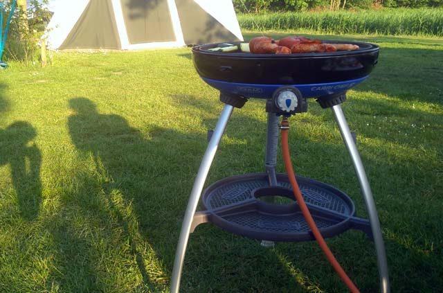 HANDIGE KAMPEERSPULLEN KOKEN OP DE CAMPING  Review: Carri Chef 2, handige gasbarbecue, skottel én oven in één