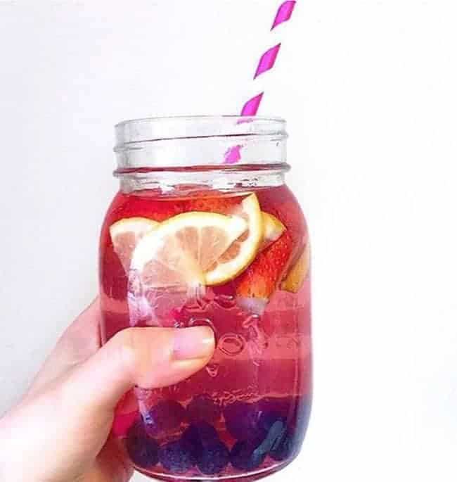 Gefrorene Beeren und Zitrone leckeres Detox Wasser