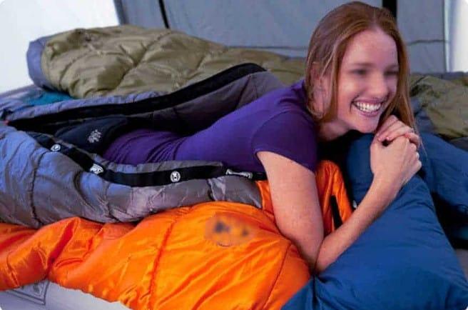 Blottie dans mon sac de couchage, je ne suis pas contre un petit coup dans les fesses par mon pote Éric