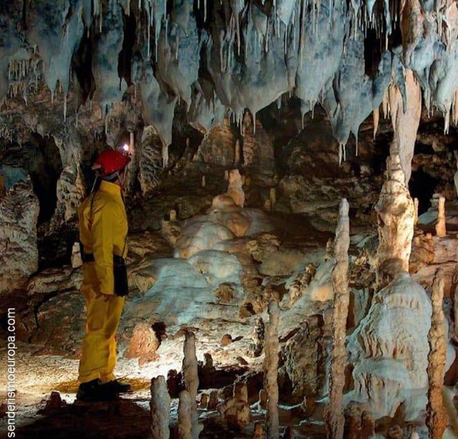 Espeleologo en interior de cueva