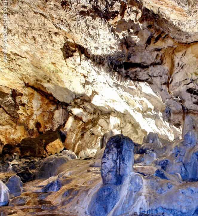 Formaciones color azul en cueva