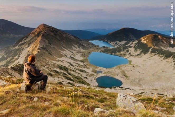Hombre mirando lagos de montañas Rila