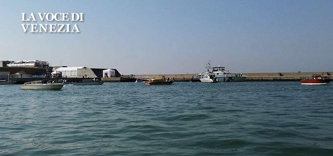 La Laguna di Venezia, se tutto andrà bene, verrà chiusa completamente al mare stamane, con l'effettuazione del primo test completo delle 78 dighe mobili del sistema Mose, approntato per salvare la città dalle acque eccezionali.