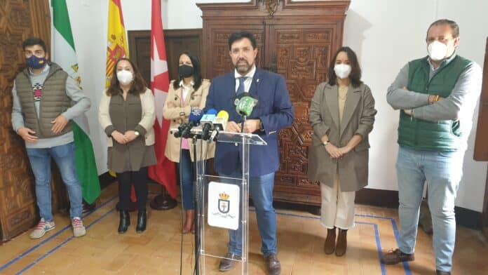 El alcalde de Lora del Río, acompañado por parte del equipo de Gobierno municipal