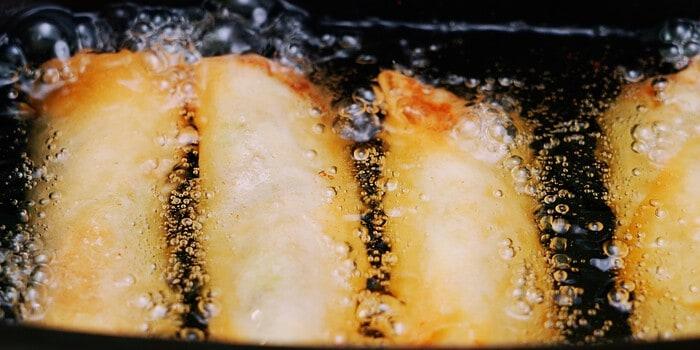 Deep-frying Harumaki (Japanese spring rolls) in oil.