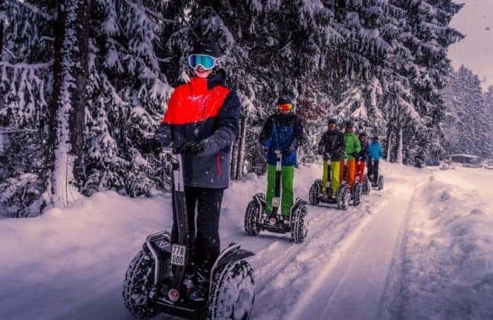 Segway Fahrer Gruppe im Schnee