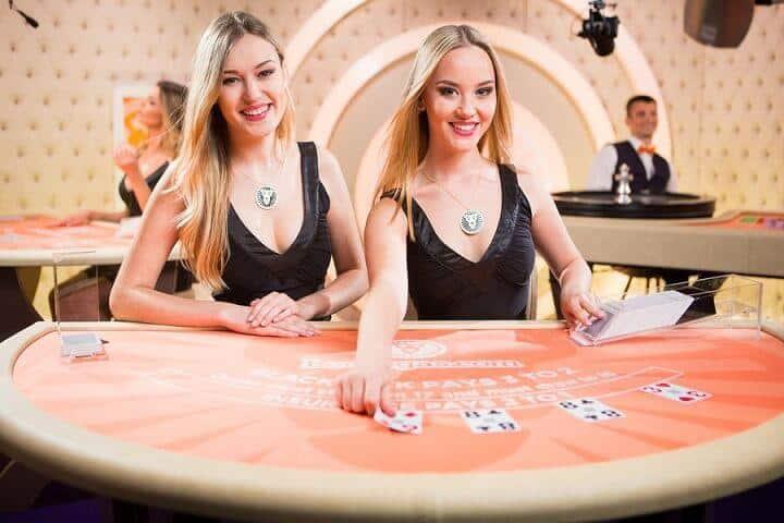 På LeoVegas Chambre Séparée kan du spille Live Blackjack med to dealers.