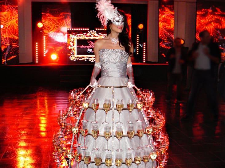 Robe champagne hôtesse animation événementielle