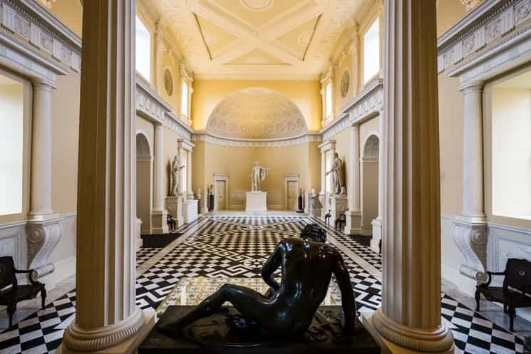 Great hall of the Syon House, early example of Gesamtkunstwerk in architecture.