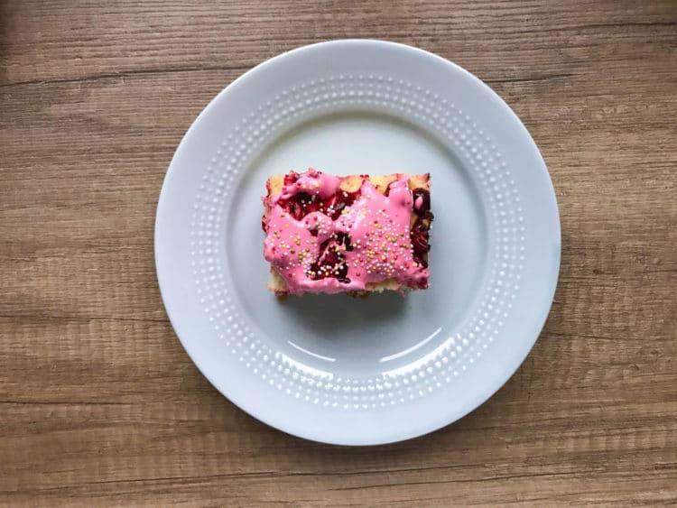 Ciasto żurawinowe z lukrem królewskim i posypką