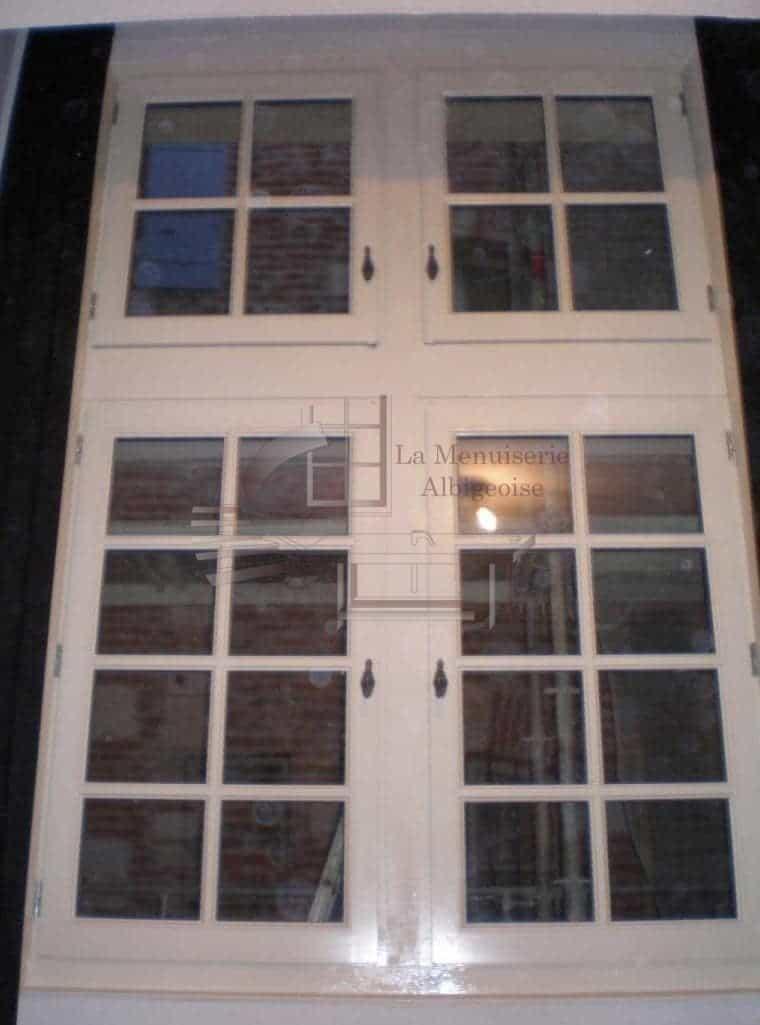 Fenêtre en bois à petits-carreaux