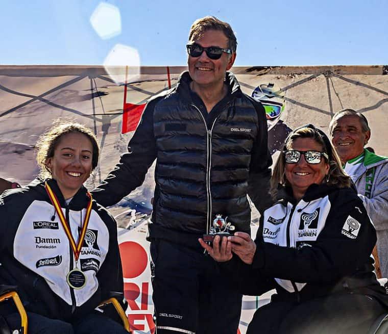 Teresa Silva recibe del consejero delegado de Cetursa, Jesús Ibáñez, y de Audrey Pascual, la actual campeona de España, una granada de plata en homenaje al veinte aniversario de su participación en los Campeonatos de España.