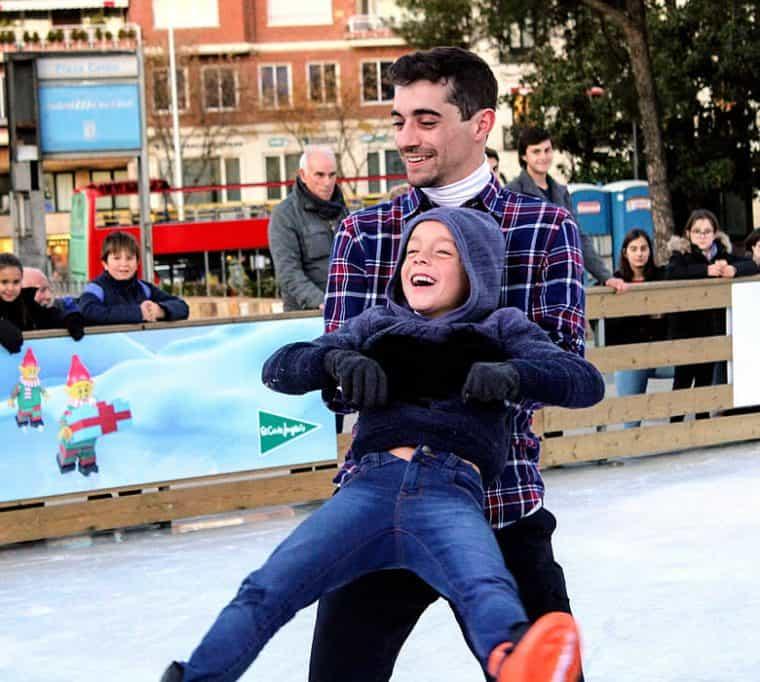 Tarde de patinaje inclusivo con Javier Fernández en la Pista de hielo de Colón.