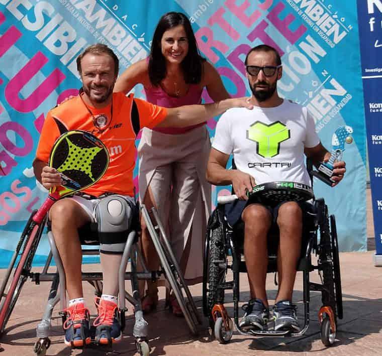 Rubén Castilla y Coco Bernal, ganadores del X Open Nacional Fundación Konecta – Fundación También, con Graciela de la Morena, directora de Fundación Konecta