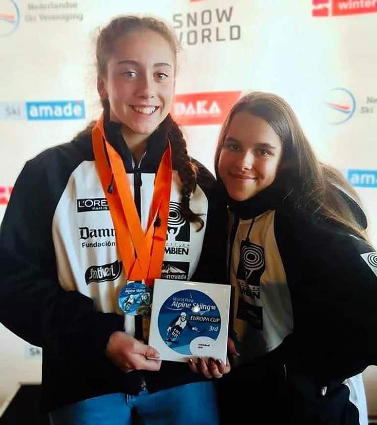 Audrey Pascual y María Martín Granizo, deportistas del Equipo Fundación También Esquí & Snowboard adaptado en la pista indoor SnowWorld de Landgraaf (Holanda)