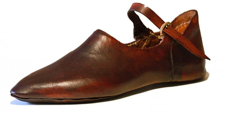 A typical variant of how the model that monks in the Middle Ages bar, and alltstå is the model of the monk shoe we see today. This is a repliga of a shoe from the 1300s.