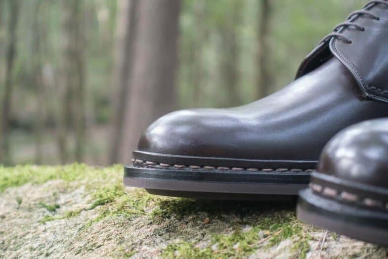 Close-up of the reverse welt, where you also can see how the leather fibres goes along the shoe if you look closely.
