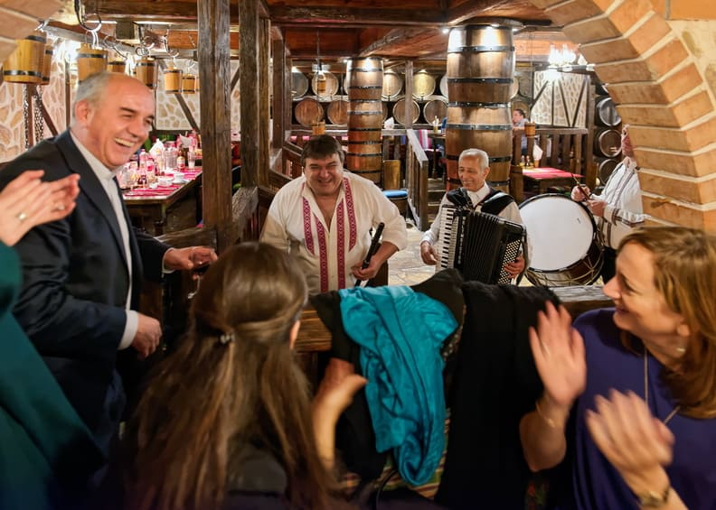 Espectáculo nocturno en vivo en el restaurante Hadjidraganovite Izbi
