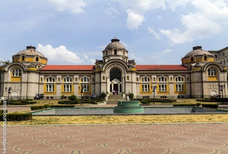 Edificio antigua casa de baños en Sofia