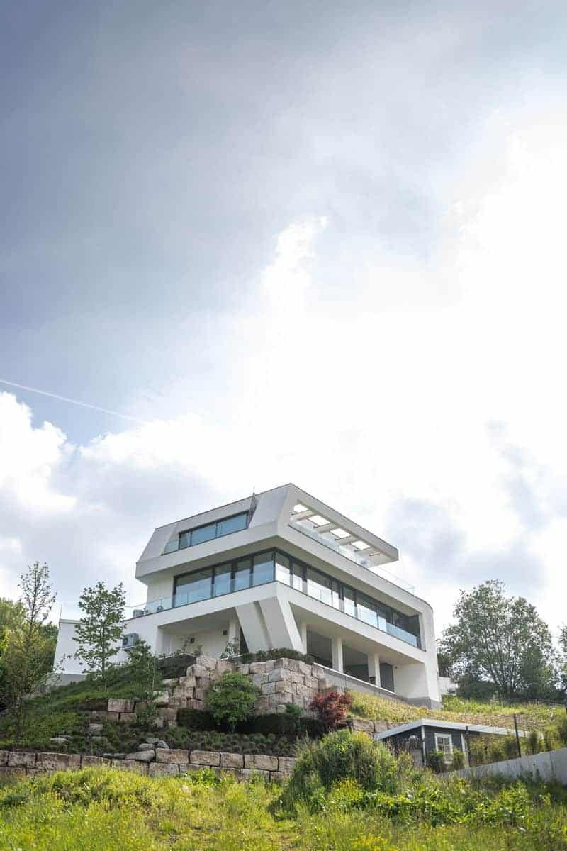 Futuristische Villa am Hang