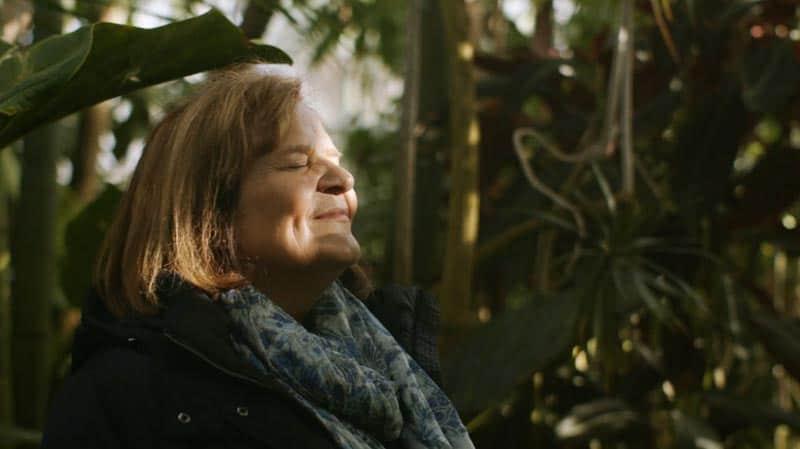 Frau genießt Sonnenstrahlen