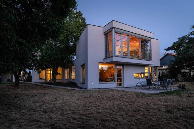 Modernes Architektenhaus in L-Form in Leipzig