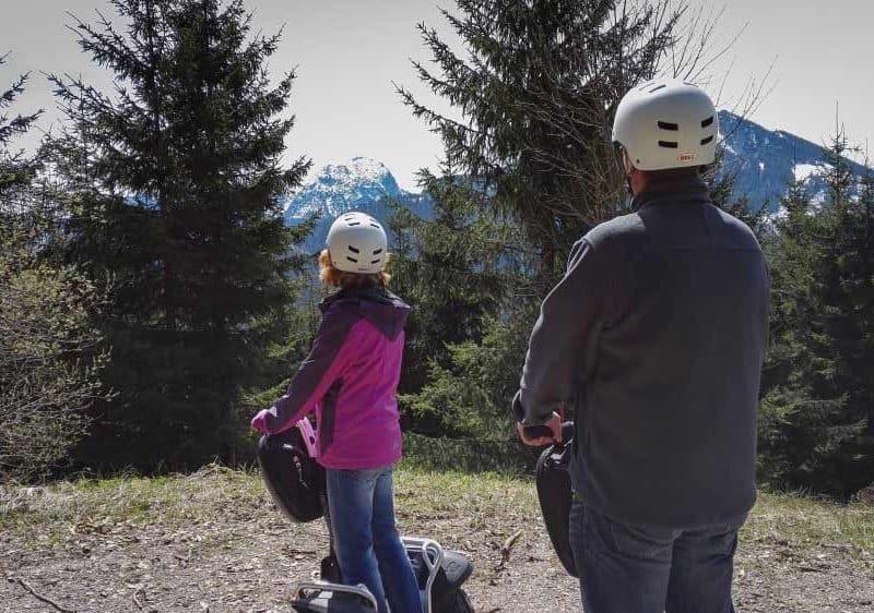 zwei Segway Fahrer auf Tour und sehen zum schneebedeckten Wendelstein